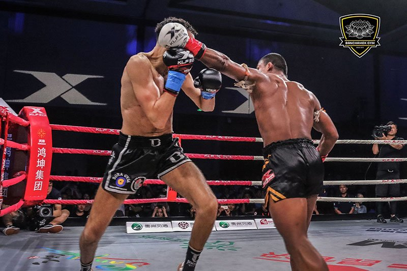 Den luot 'Thanh Muay' Buakaw danh doi thu bat tinh o Trung Quoc hinh anh 4