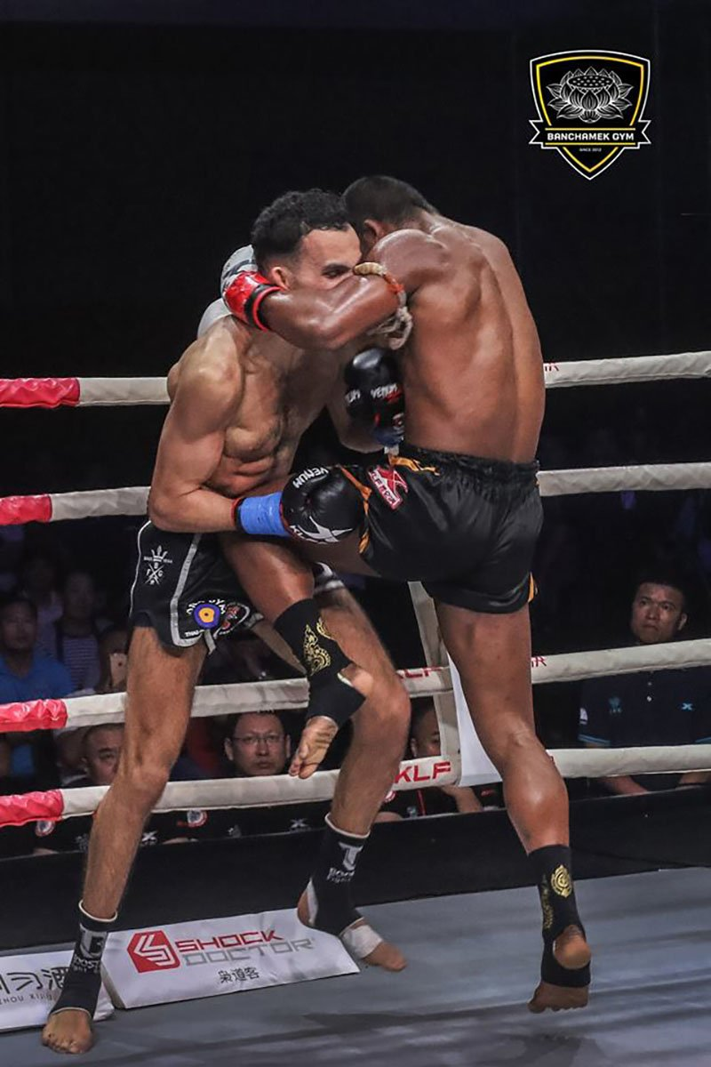 Den luot 'Thanh Muay' Buakaw danh doi thu bat tinh o Trung Quoc hinh anh 5