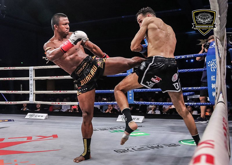 Den luot 'Thanh Muay' Buakaw danh doi thu bat tinh o Trung Quoc hinh anh 7