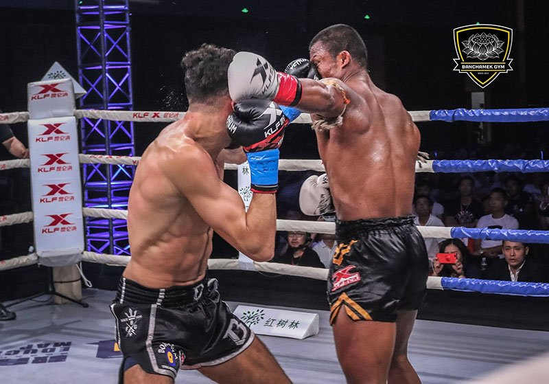 Den luot 'Thanh Muay' Buakaw danh doi thu bat tinh o Trung Quoc hinh anh 9