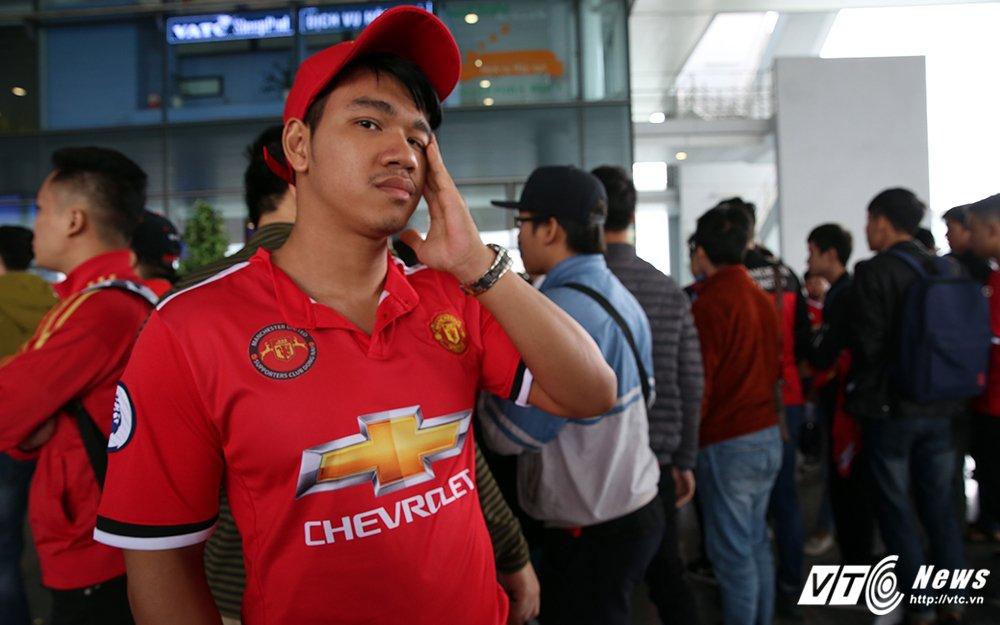 Fan ngu lai san bay cho Ryan Giggs den Viet Nam ky hop dong voi ty phu Pham Nhat Vuong hinh anh 1