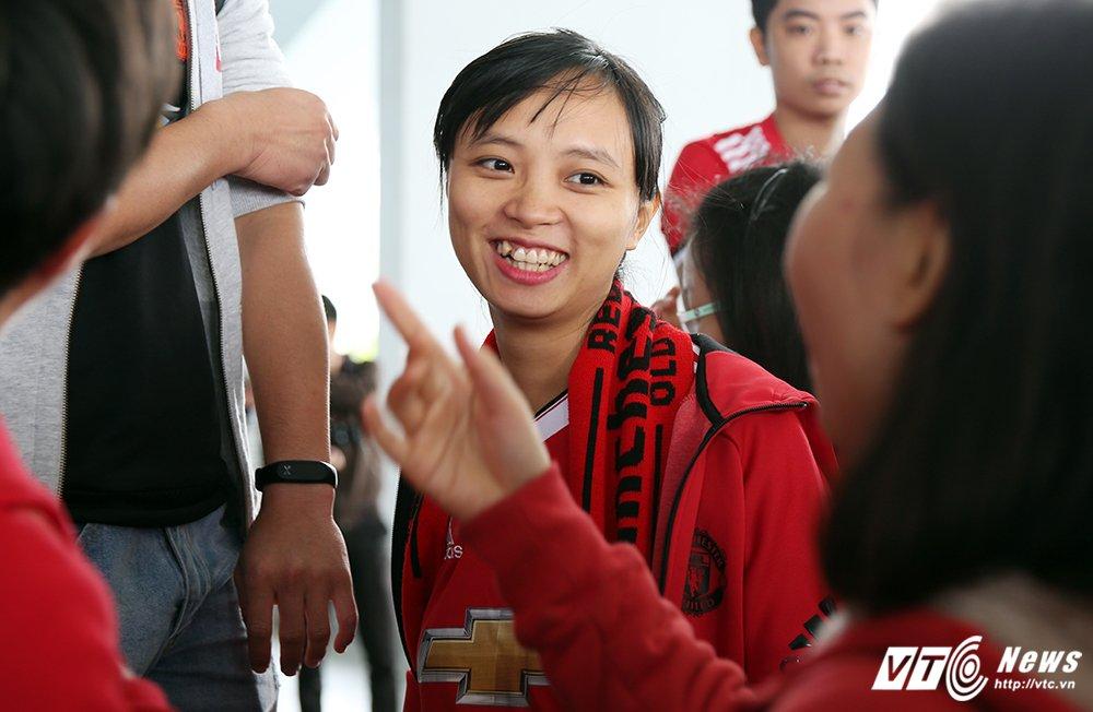 Fan ngu lai san bay cho Ryan Giggs den Viet Nam ky hop dong voi ty phu Pham Nhat Vuong hinh anh 4