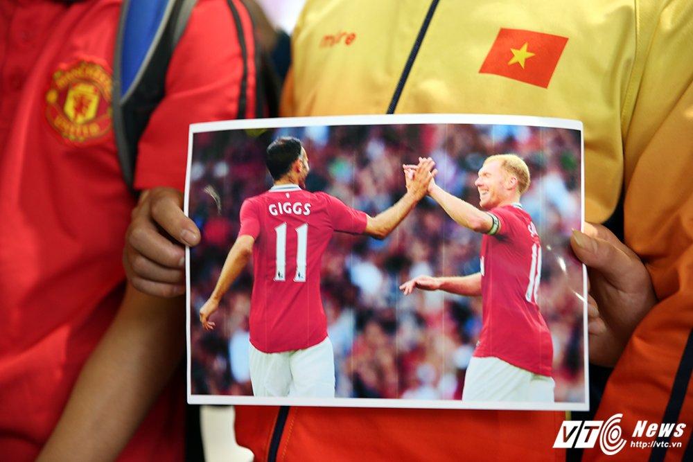 Fan ngu lai san bay cho Ryan Giggs den Viet Nam ky hop dong voi ty phu Pham Nhat Vuong hinh anh 7
