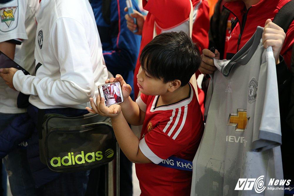 Fan ngu lai san bay cho Ryan Giggs den Viet Nam ky hop dong voi ty phu Pham Nhat Vuong hinh anh 9