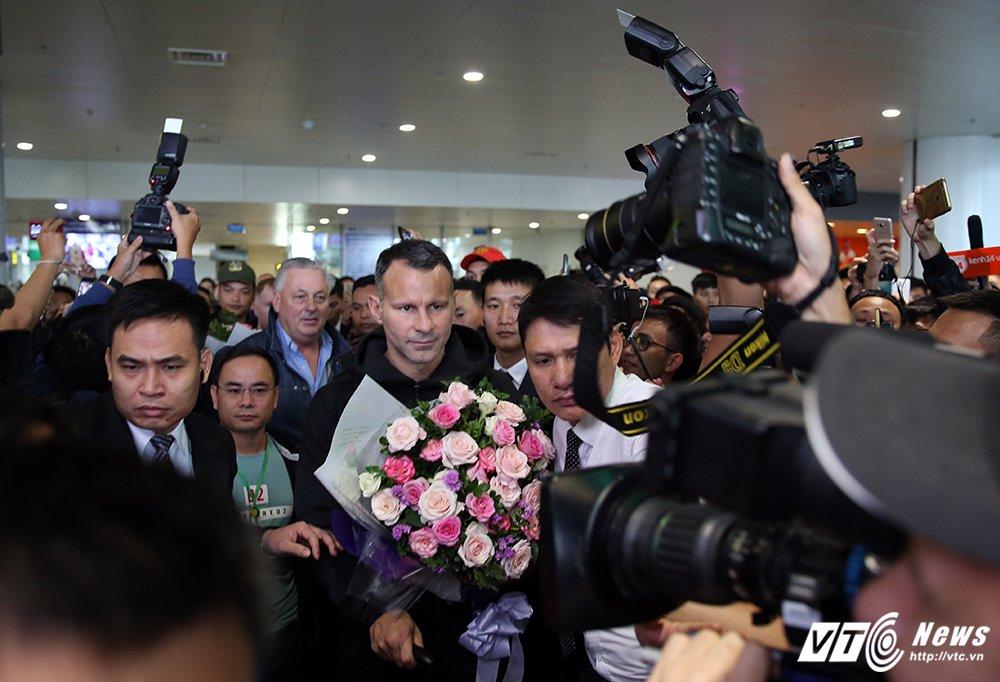 Fan ngu lai san bay cho Ryan Giggs den Viet Nam ky hop dong voi ty phu Pham Nhat Vuong hinh anh 10
