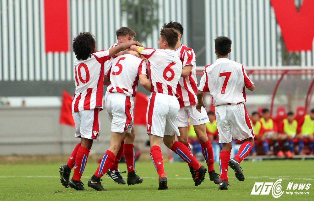Ryan Giggs nhap nhom khi cau thu U15 PVF sut tung luoi U15 Stoke City hinh anh 8