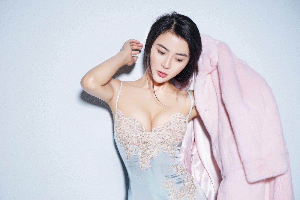 Bong mat truoc ve dep ban gai tin don cua 'De nhat Thieu Lam' Yi Long hinh anh 3