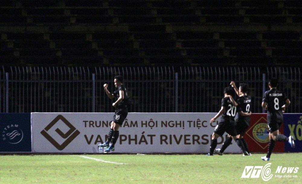 Thang U21 Viet Nam, ca bao chi lan HLV Thai Lan deu soc hinh anh 1