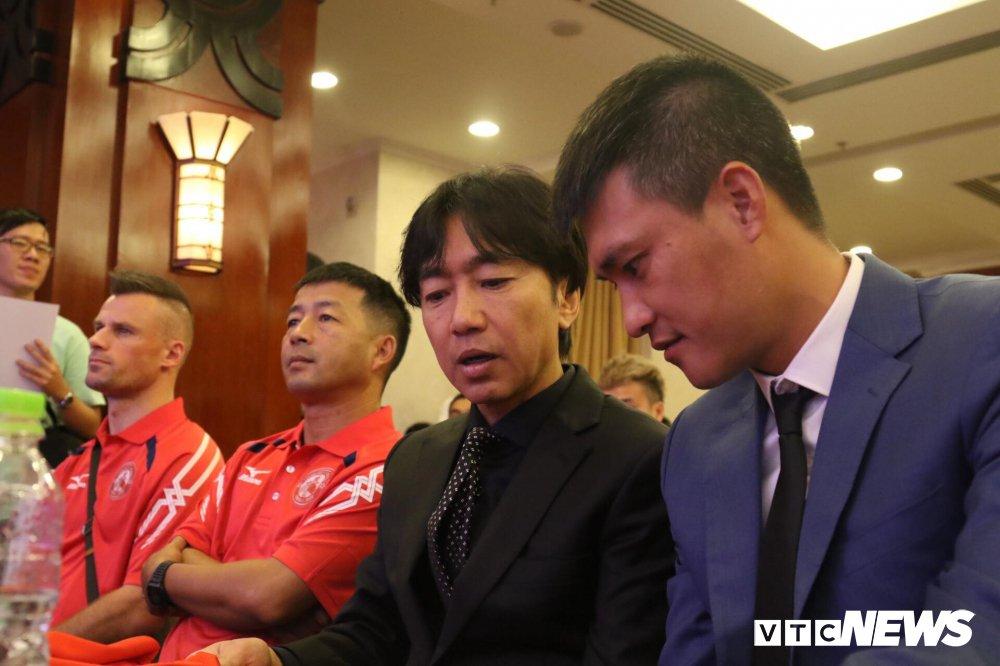 HLV Miura tu van ngoai binh 'bom tan' cho Chu tich Le Cong Vinh hinh anh 1