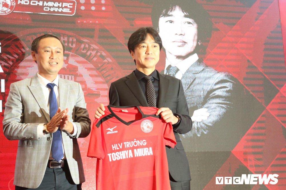 HLV Miura dau quan cho doi cua Le Cong Vinh, mo vo dich V-League hinh anh 1