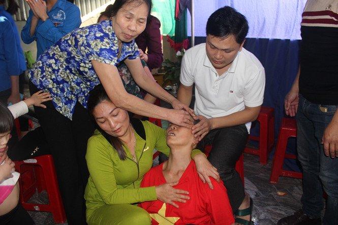 U23 Viet Nam vao chung ket: Me trung ve Tien Dung ngat xiu vi hanh phuc hinh anh 1
