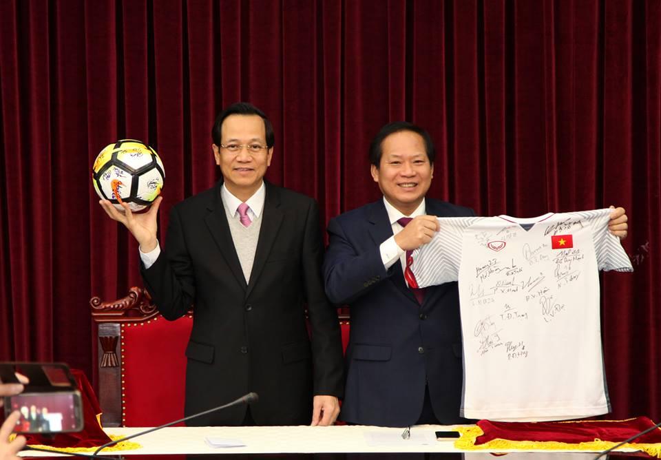 Ban dau gia qua bong, ao dau U23 Viet Nam tang Thu tuong de lam tu thien hinh anh 1