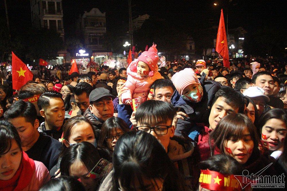 Video: Nghet tho chen nhau trong le vinh danh 4 tuyen thu U23 Viet Nam tai Hai Duong hinh anh 1