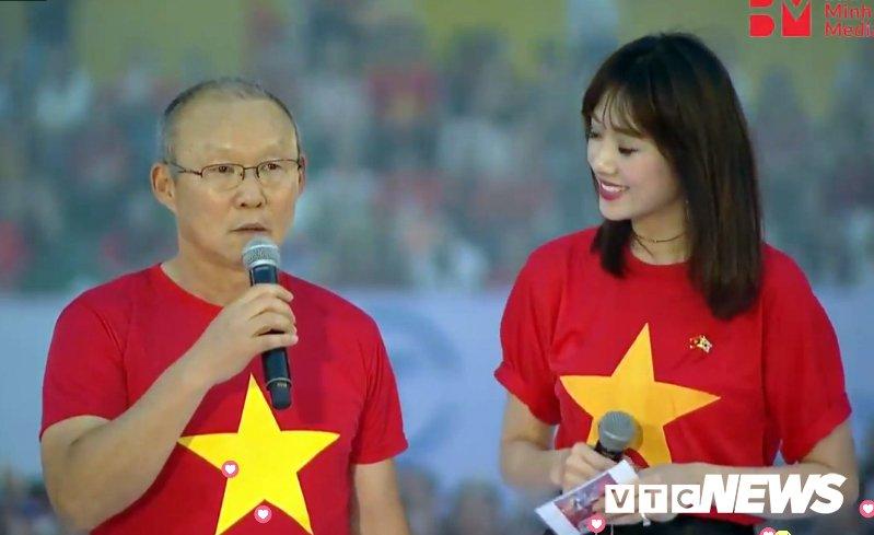 Nghe bai hat que huong, HLV Park Hang Seo khong cam duoc nuoc mat hinh anh 3