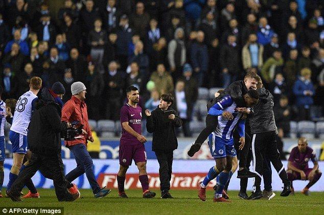 Man City thua soc, Aguero suyt danh fan ham mo ngay tren san hinh anh 2
