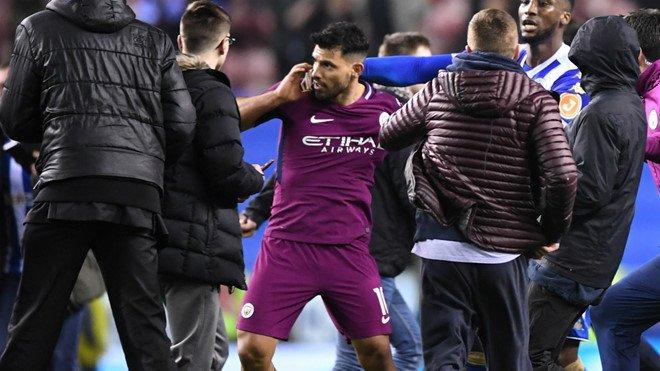 Man City thua soc, Aguero suyt danh fan ham mo ngay tren san hinh anh 5