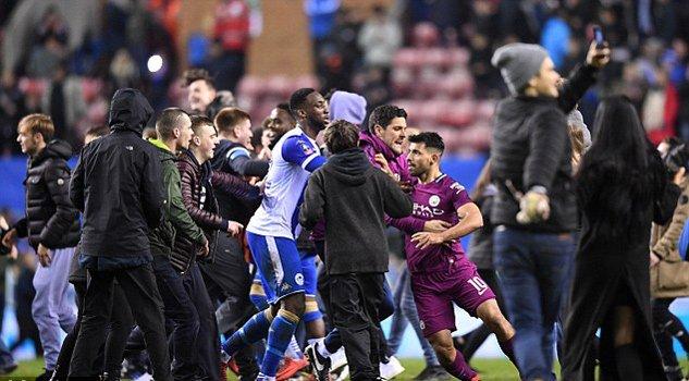 Man City thua soc, Aguero suyt danh fan ham mo ngay tren san hinh anh 3