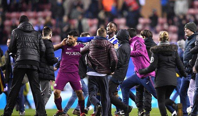 Man City thua soc, Aguero suyt danh fan ham mo ngay tren san hinh anh 4