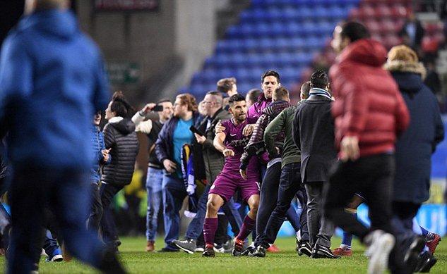 Man City thua soc, Aguero suyt danh fan ham mo ngay tren san hinh anh 6