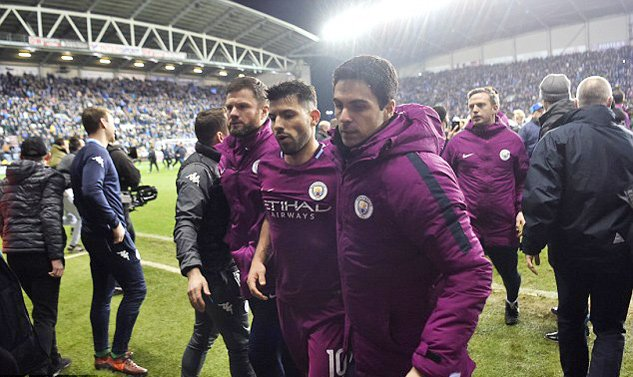 Man City thua soc, Aguero suyt danh fan ham mo ngay tren san hinh anh 7