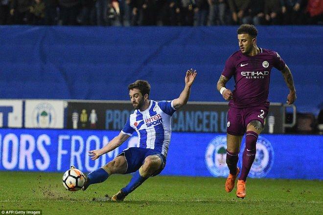 Man City thua soc, Aguero suyt danh fan ham mo ngay tren san hinh anh 1