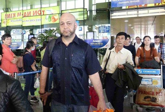Johnny Tri Nguyen khong tiep Flores hinh anh 1