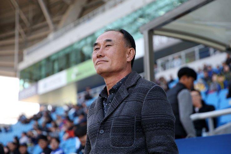 Cuu HLV Gangwon dan dat U23 Han Quoc, fan Viet Nam tho phao hinh anh 1