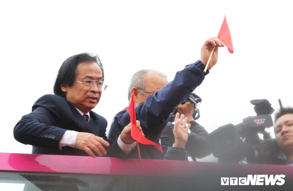 Ong Nguyen Lan Trung phu nhan nhan tin keu goi de cu Pho Chu tich VFF hinh anh 1