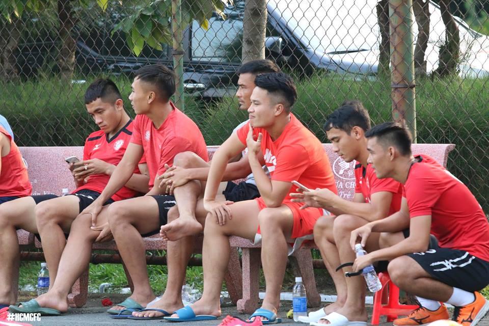 HLV Miura cho 'Ronaldo xu Nghe' ngoi ngoai xem dong doi thi dau truoc tran gap SLNA hinh anh 9