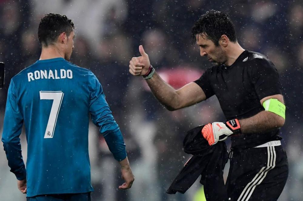 Chua dat phong do tot nhat, Ronaldo van khien Buffon cui minh hinh anh 1
