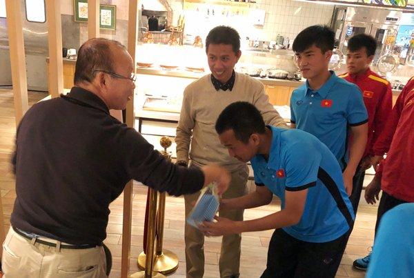 HLV Park Hang Seo tang vu khi bi mat giup U19 Viet Nam khong ngan Maroc, Han Quoc hinh anh 1