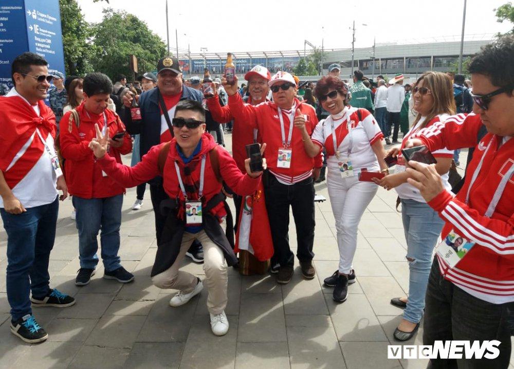 CDV Viet Nam mang co do sao vang vao san xem khai mac World Cup hinh anh 3