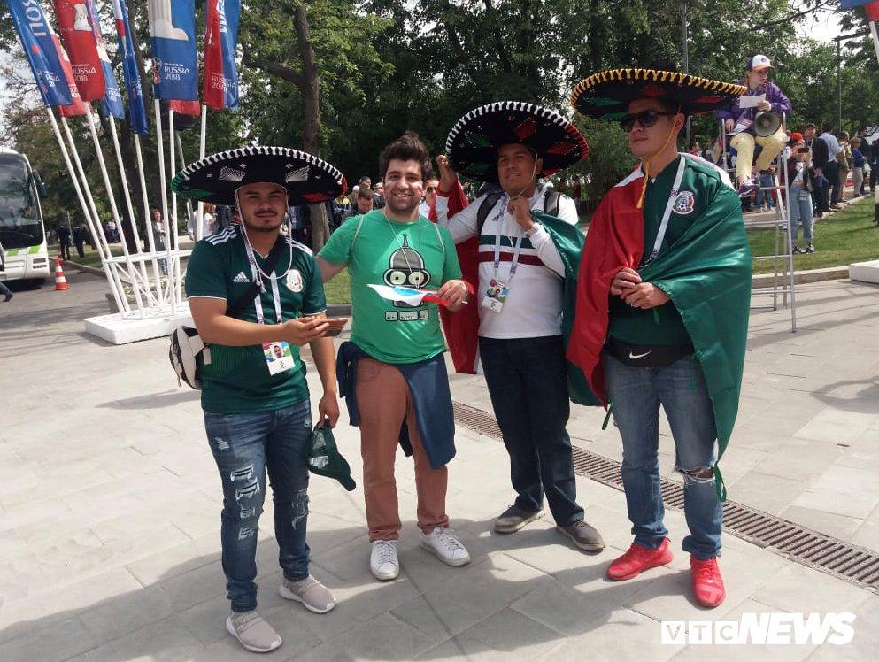 CDV Viet Nam mang co do sao vang vao san xem khai mac World Cup hinh anh 7