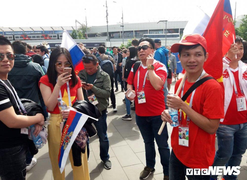 CDV Viet Nam mang co do sao vang vao san xem khai mac World Cup hinh anh 2