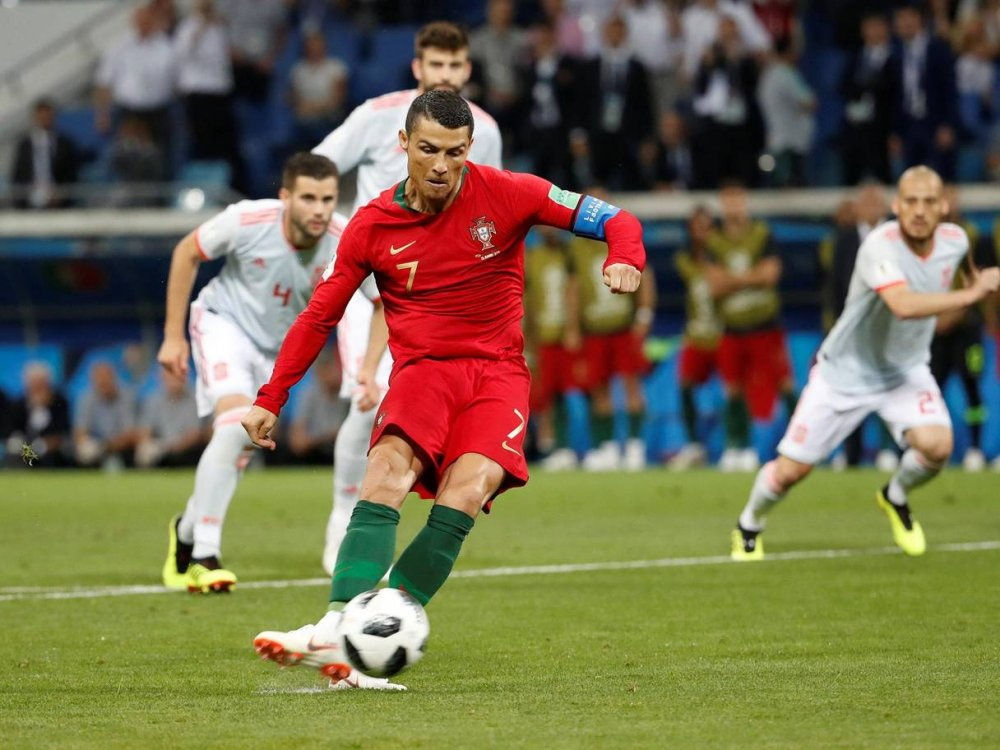 Lap hat-trick may nhat lich su, Harry Kane khien Ronaldo 'khoc thet' hinh anh 2