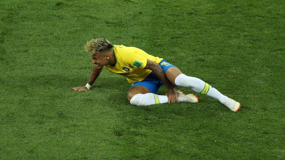 Neymar bi cau thu Thuy Si 'chem' nhieu den rach tat hinh anh 2