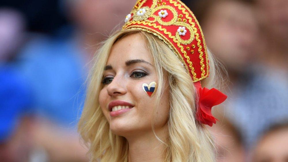 'Fan dep nhat World Cup' ngay ngat trong chien thang lich su cua Nga hinh anh 4