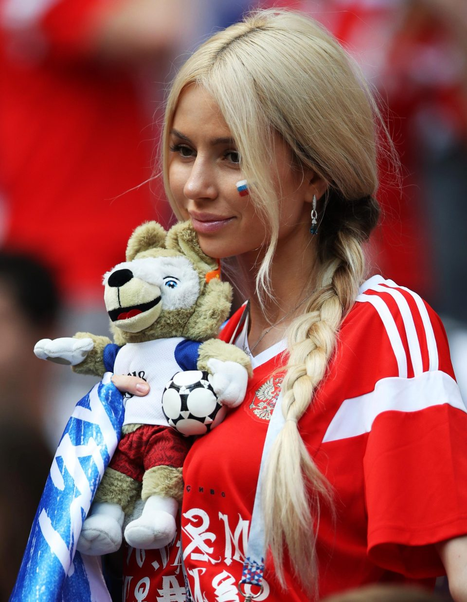 'Fan dep nhat World Cup' ngay ngat trong chien thang lich su cua Nga hinh anh 5
