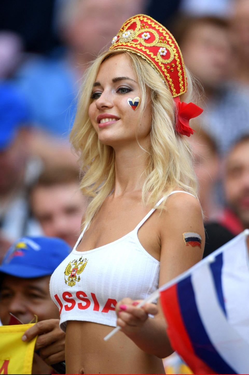 'Fan dep nhat World Cup' ngay ngat trong chien thang lich su cua Nga hinh anh 1