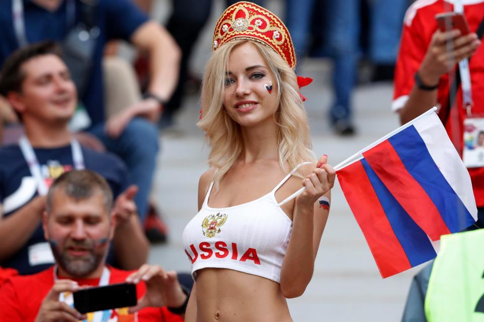 'Fan dep nhat World Cup' ngay ngat trong chien thang lich su cua Nga hinh anh 3