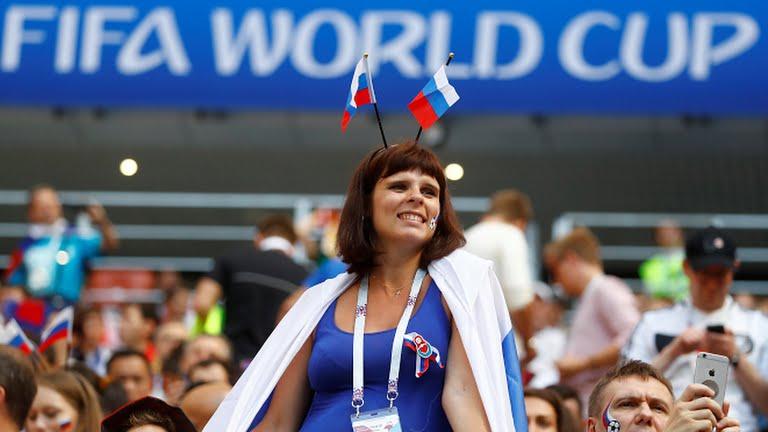'Fan dep nhat World Cup' ngay ngat trong chien thang lich su cua Nga hinh anh 9