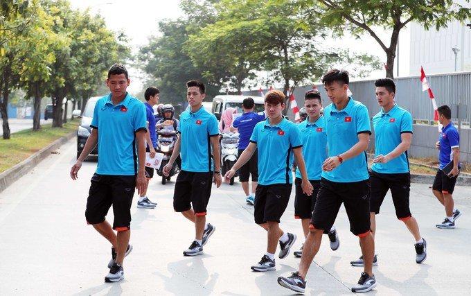 Olympic Viet Nam tap the duc ngoai duong, doi dien voi noi so hai nhat Jakarta hinh anh 1