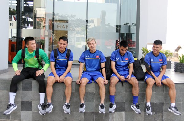 Olympic Viet Nam tap the duc ngoai duong, doi dien voi noi so hai nhat Jakarta hinh anh 2