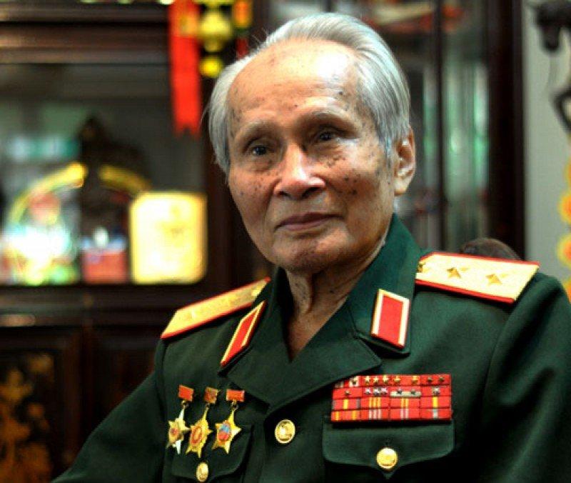 Trung tuong Nguyen Quoc Thuoc: 'Dang da quet rac thi phai lam cho sach se' hinh anh 1