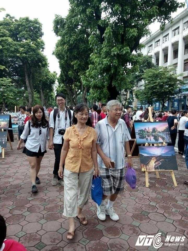 Cam oto bien xanh di vao khong gian di bo quanh Ho Guom hinh anh 1