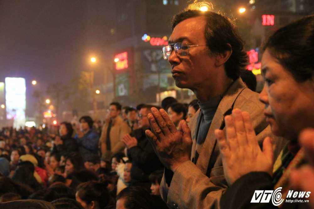Le giai han o chua Phuc Khanh: Dam dong tran ra duong da bi 'khac che' hinh anh 1