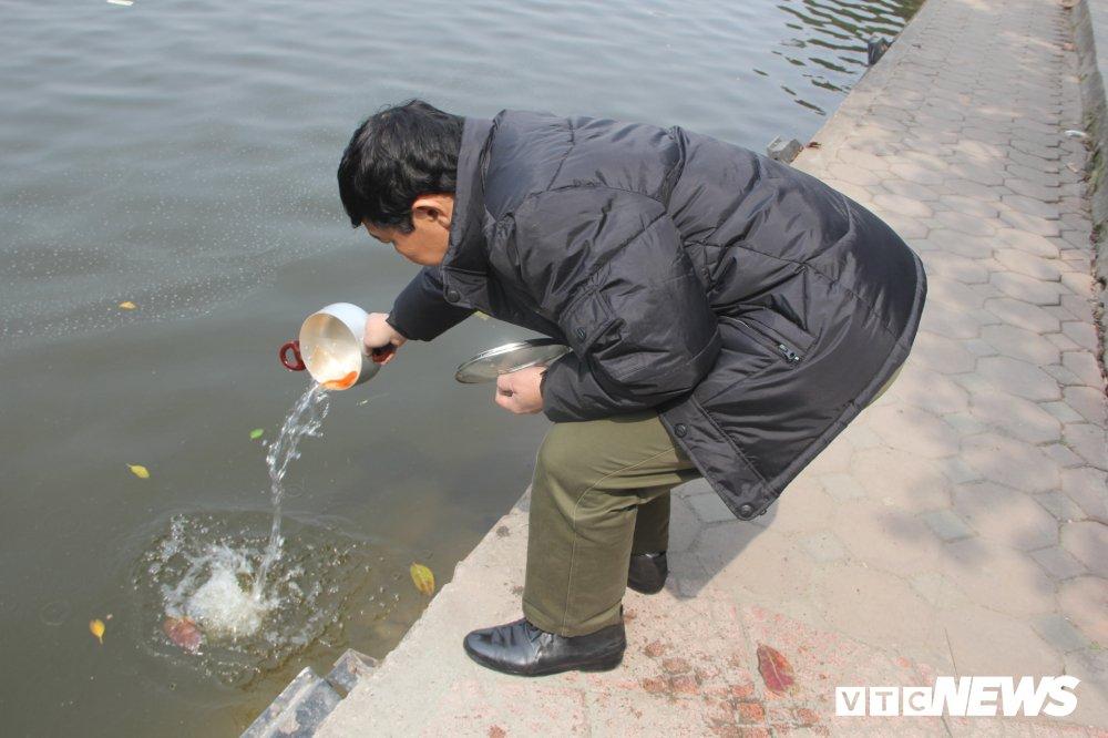 Anh: Tien ong Cong ong Tao ve troi, nguoi Ha Noi no nuc di tha ca chep hinh anh 5