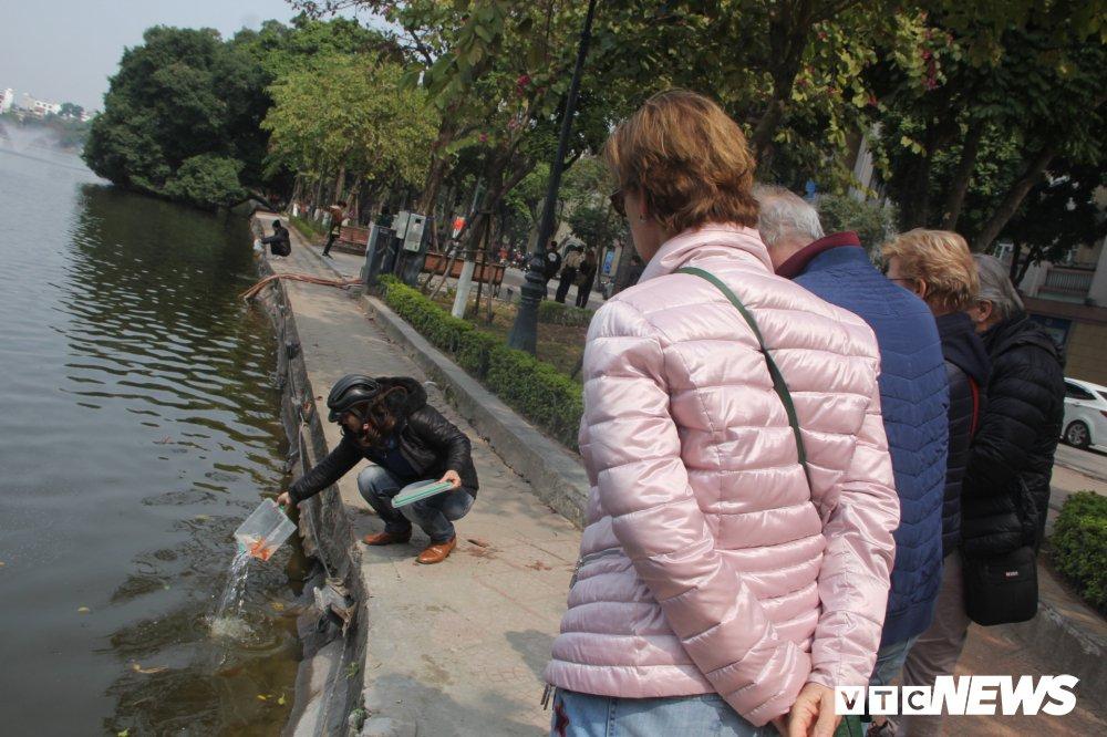 Anh: Tien ong Cong ong Tao ve troi, nguoi Ha Noi no nuc di tha ca chep hinh anh 16
