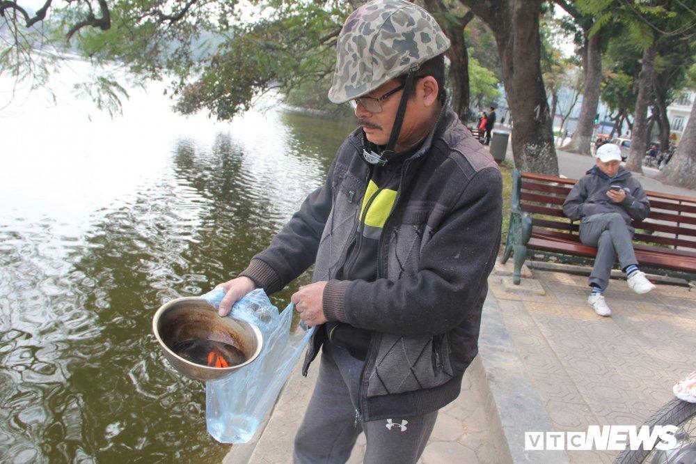 Anh: Tien ong Cong ong Tao ve troi, nguoi Ha Noi no nuc di tha ca chep hinh anh 4