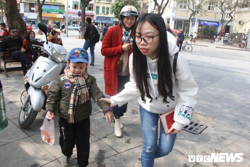 Anh: Tien ong Cong ong Tao ve troi, nguoi Ha Noi no nuc di tha ca chep hinh anh 11